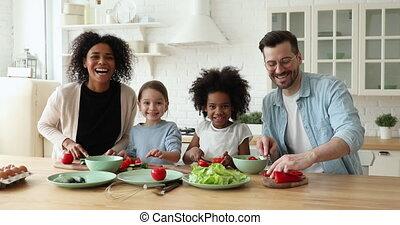 mélangé, regarder, gai, famille, gosses, cuisine, course, appareil photo