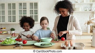 mélangé, sourire, mère, préparer, enseignement, frais, africaine, course, enfants, salade