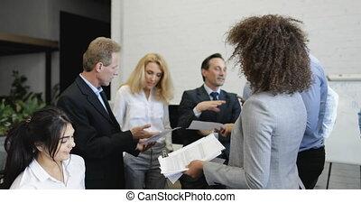 mélange, bureau, professionnels, réussi, données, moderne, businesspeople, rapports, donner, course, équipe, pendant, résultats, analyser, réunion, secrétaire