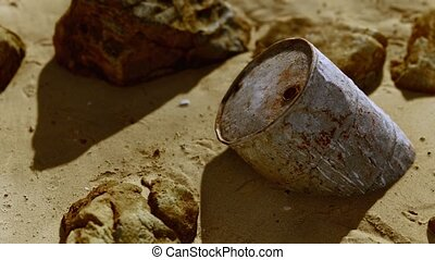 métal rouillé, fût huile, plage sable