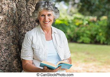 mûrir, arbre, tenue, livre, coffre, gai, séance femme