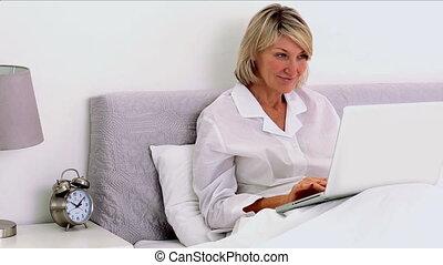 mûrir, elle, ordinateur portable, être, utilisation, femme