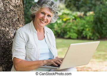 mûrir, ordinateur portable, arbre, utilisation, coffre, gai, séance femme