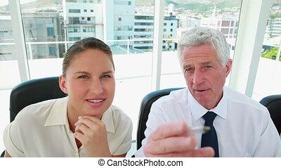 mûrir, quelque chose, homme affaires, expliquer, femme, jeune