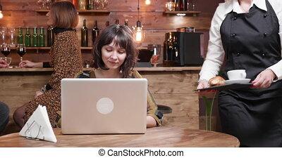 magasin, dactylographie, elle, quoique, servi, informatique, beau, être, girl, café
