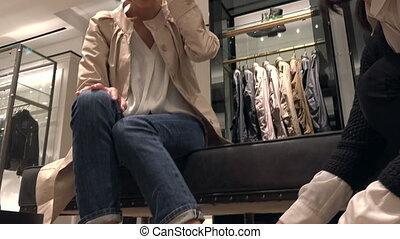 magasin, femme, chaussures, ventes, conversation, directeur, asiatique, essayer