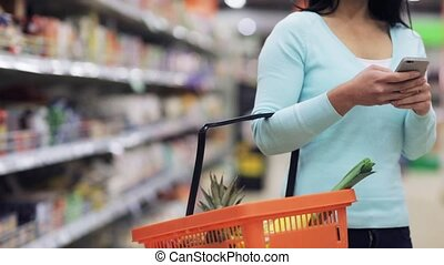 magasin, nourriture, femme, smartphone, panier