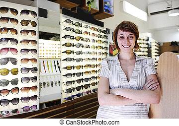 magasin, petit, propriétaire, fier, business:, lunettes soleil