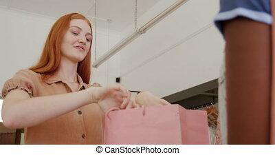 magasin, servir, client, vêtements, femme, jeune