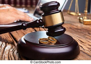 maillet, bureau bois, anneaux, salle audience, mariage