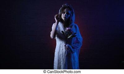 main., halloween, mort, triste, girl, fantôme, fleur, elle, jeune regarder, doigt, maquillage, horreur, debout, solitaire, projection, fond, effrayant, apperance, contre, figure, mariée, appareil-photo.