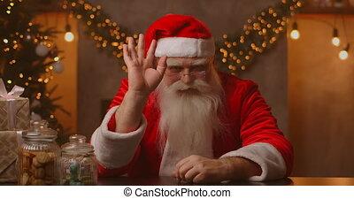main, vidéo, noël, claus, regarder, heureux, zoom, joyeux, salutation, enregistrement, vieux, barbu, headshot, onduler, appeler, vue., déguisement, santa, porter, figure, appareil photo