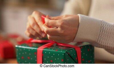 mains, attachement, cadeau, noël, emballage, arc