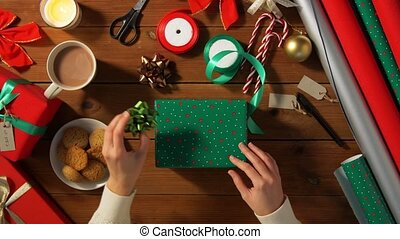mains, cadeau, noël, choisir, emballage, arc