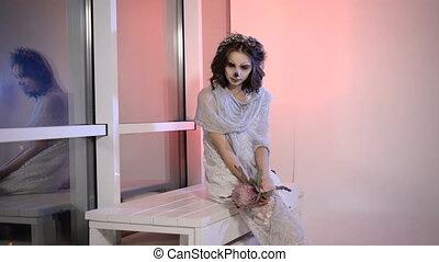 mains, halloween, mort, fin, girl, créatif, robe, bizarre, make., fleur, elle, habillé, jeune, banc, fenêtre, blanc, knees., séance, mariage, effrayant, apparence, haut, terrifiant, mariée