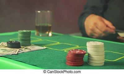 mains, joueur, quickly., risqué, cartes, poker, affaire, gros plan