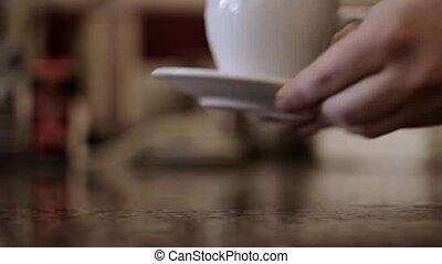 mains, ou, tea., boisson, cup., chaud, close-up., jeune, prendre, donner, homme, tasse, barista, steam., café
