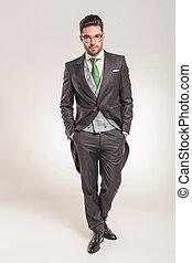 mains, tenue, poches, business, jeune homme, sien, élégant