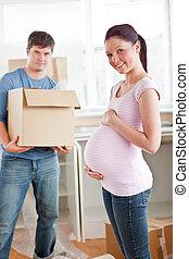 maison, adorable, mari, nouveau, leur, tenue, cuisine, femme enceinte, carton