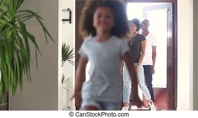 maison, africaine, courant, parents, enfant, nouveau, girl, heureux