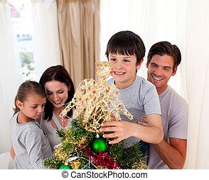 maison arbre, décorer, noël, sourire, famille
