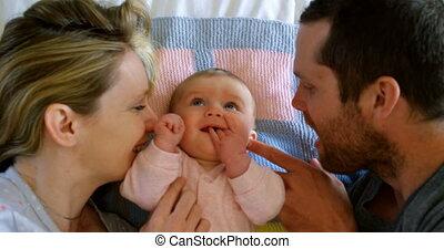 maison, avoir, parents, vue, élevé, bébé, caucasien, 4k, lit, amusement, angle, heureux