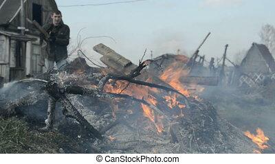 maison, brûlures, autour de, déchets, homme