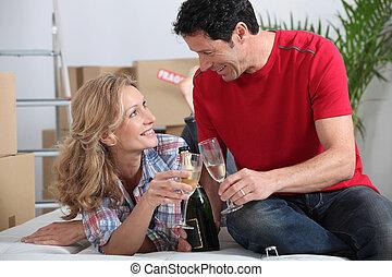 maison, célébrer, couple, en mouvement, nouveau