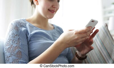 maison, femme, smartphone, jeune, heureux