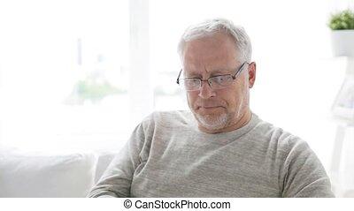 maison heureuse, appeler, 21, homme aîné, smartphone