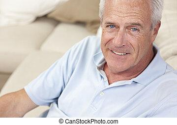 maison heureuse, personne agee, beau, homme souriant