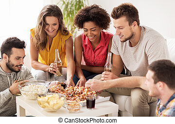 maison heureuse, pizza mangeant, boissons, amis