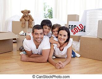 maison, nouveau, achat, après, famille, heureux