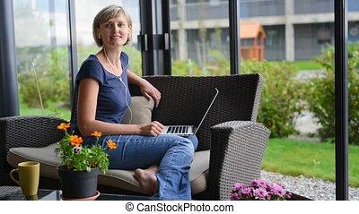 maison, ordinateur portable, femme, fonctionnement