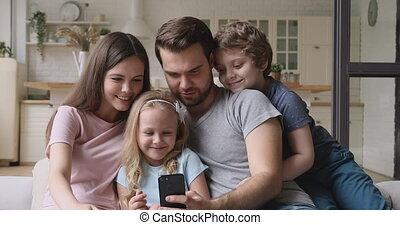 maison, parents, smartphone, avoir, enfants, utilisation, heureux, amusement