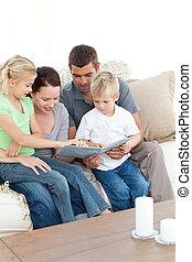 maison, salle séjour, heureux, album, regarder, photo, ensemble, famille, séance