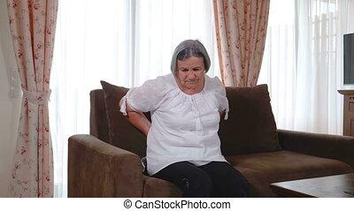 mal reins, maison, souffrance, personne âgée femme