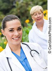malade infirmière, personne agee, dehors