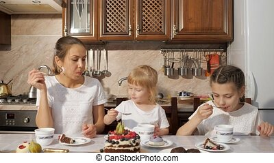 maman, famille, thé, cuisine, deux, chocolat, anniversaire, fait maison, gâteau, home., avoir, filles