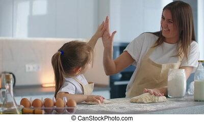 maman, onions., cuisine, cuisine, hands., fille, cinq, donner, fini, ensemble, fermé, applaudissement, succès, instruire, battement, five., cuisine
