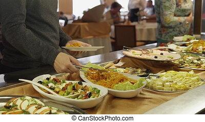 manger, buffet, cafeteria., nourriture, frais, restaurant., vous, main, boîte, salade, femme, prendre, table, tout