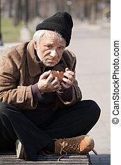 manger, hungry., haut, regarder, déprimé, appareil photo, sdf, fin, homme aîné, pain