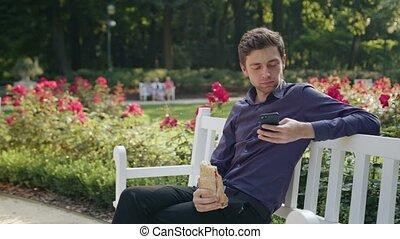 manger, parc, jeune, téléphone, utilisation, homme