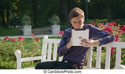 manger, tablette, parc, jeune, utilisation, homme