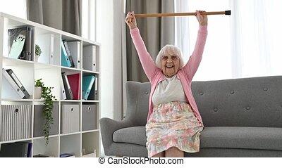 marchant bâton, femme aînée