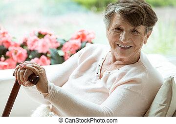 marchant bâton, femme souriant