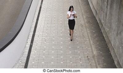 marche, affaires femme, téléphone, utilisation, intelligent