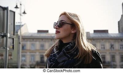 marche, beau, jeune femme, blond, rue