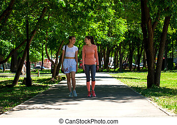 marche, belles femmes, été, parc, deux