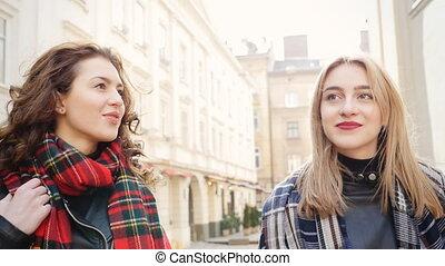 marche, city., femmes, youngs, deux, lunettes soleil, beau